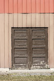 Porte en bois de Brown cachée du côté du bâtiment en métal Images libres de droits