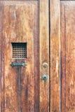 Porte en bois de cru avec le trellis en métal Portes en bois de Brown vieilles images libres de droits