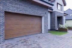 Porte en bois de garage de maison isolée Photos libres de droits