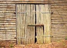 Porte en bois de porte à la vieille grange Image libre de droits