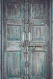 Porte en bois de rétro style gris avec le fond rouillé de verrou, textur Photo libre de droits