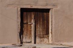 Porte en bois de vieil adobe Images stock