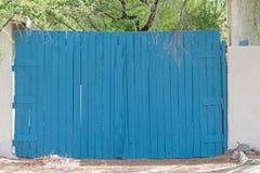 Porte en bois de vieille porte à deux battants bleue dans un mur blanc photos libres de droits