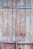 Porte en bois de vintage avec la peinture bleue criquée Photos stock