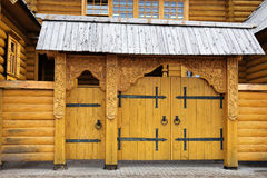 Porte en bois des artisans de ville dans Gorodets images stock