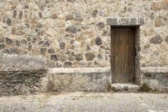 Porte en bois et mur en pierre Photos stock