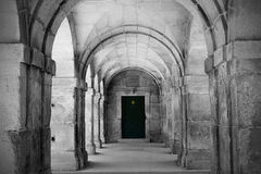 Porte en bois et voûtes en pierre Images libres de droits