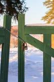 Porte en bois fermée à la lumière du jour d'hiver photo libre de droits