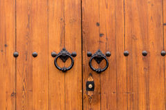 Porte en bois fermée antique avec deux anneaux de heurtoir de porte Images libres de droits