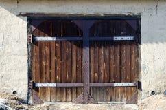 Porte en bois foncée de garage Images stock