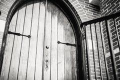 Porte en bois gothique d'église Photographie stock