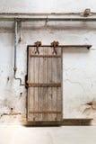 Porte en bois grunge de rouleau en cellule de prison Images libres de droits