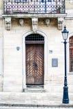 Porte en bois historique avec le balcon discordant à la lanterne image stock