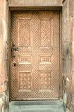 Porte en bois latérale avec l'église apostolique découpée de modèles dans Echmiadzin sur l'Arménien Image libre de droits