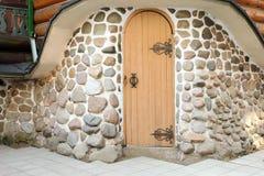 Porte en bois médiévale arquée dans un mur en pierre Photos libres de droits