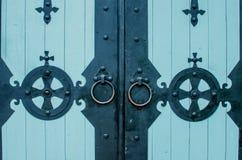 Porte en bois médiévale avec des charnières de bronze en métal Image stock