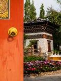 Porte en bois ouverte au jardin du Bhutan photos stock
