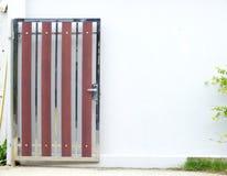 Porte en bois peinte lumineuse simple et murs blancs Images stock