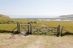 Porte en bois pour arrêter les moutons i le beau vert sept Siste Photos libres de droits