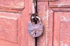 Porte en bois rouge de plan rapproché avec la serrure image stock