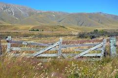 Porte en bois rustique dans le pré herbeux de wildflower Photos libres de droits