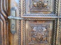 Porte en bois traditionnelle arménienne avec de beaux ornements Photographie stock