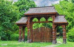 Porte en bois traditionnelle roumaine de région de Maramures Image stock