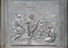 Porte en bronze avec l'image de la vie de St Paul : Paul atteint Rome et est accueilli par le fidèle images libres de droits