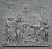 Porte en bronze avec l'image de la vie de St Peter : La base du papal voient images libres de droits