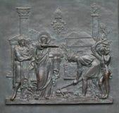 Porte en bronze avec l'image de la vie de St Peter : La base du papal voient photographie stock