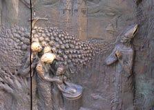Porte en bronze sur la cathédrale de Saint-Nicolas à Ljubljana images stock