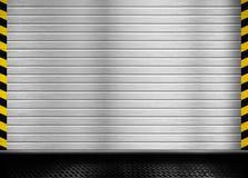 Porte en métal avec le fond industriel de rayures Photo libre de droits