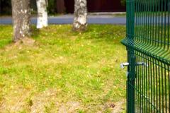 Porte en métal de trellis à l'au sol de sports photographie stock libre de droits