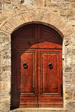 Porte en pierre antique San Gimignano Italie de Brown Images stock
