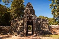 Porte en pierre d'entrée de visage, wat Cambodge d'angkor. Photographie stock libre de droits