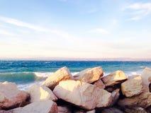 Porte en pierre de barrières et la mer dans le piran Slovénie image libre de droits