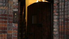 Porte entrante de touristes à l'hôtel de thème dans le centre ville historique, logement clips vidéos