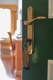 Porte entrebâillée d'une chambre d'hôtel Photo libre de droits