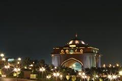 Porte est d'aile de palais d'Emirats. Nuit photo libre de droits