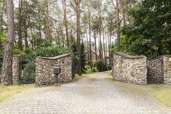 Porte et allée en pierre à la résidence dans la vraie photo de forêt photos libres de droits