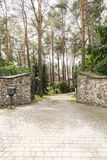 Porte et allée en pierre dans la forêt avec la résidence Photo réelle photo libre de droits