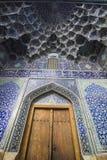 Porte et beau modèle dans la mosquée, esfahan, Iran Photos stock