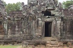 Porte et entrée au temple de som de ventres dans Angkor et sculptures Photo libre de droits