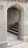 Porte et escalier en pierre arqués Image stock