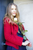 Porte et femme de chariot avec la rose de blanc photo libre de droits