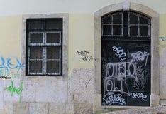 Porte et fenêtre avec le graffiti Images stock