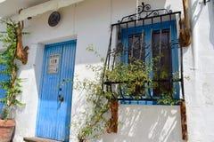 Porte et fenêtre bleues avec des barres d'art à Frigiliana, village blanc espagnol Andalousie Images libres de droits