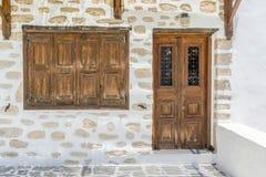 Porte et fenêtre en bois traditionnelles dans les îles de Cyclades grec Photos stock