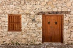 Porte et fenêtres antiques sur un mur en pierre Photographie stock