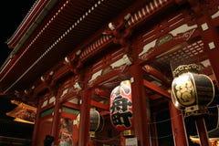 Porte et lampes de temple de Senso-JI la nuit, Asakus Images stock